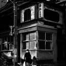 古い建物の前の親子