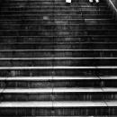 階段を下るおみ足