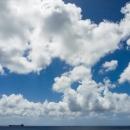 雲と小さなタンカーのシルエット