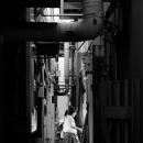 路地の向こうに女性の人影