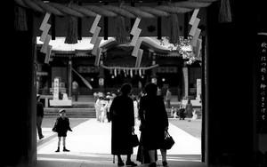 大宮八幡宮の門の人影