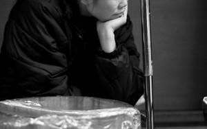 憂いに沈む女性