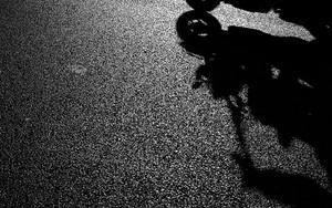 バイクの影とシルエット