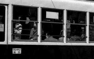 路面電車の中の女性