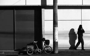 自転車と電柱と女性