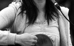 爽やかな笑顔で歌う女