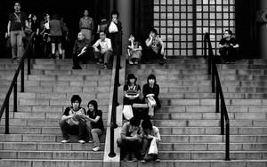階段で休む人々