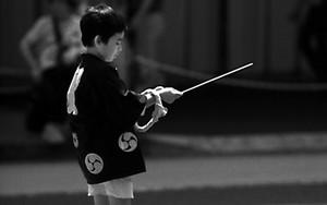 棒を持って歩く男の子