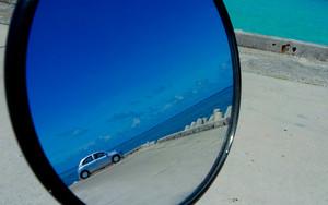 鏡の中の車と青空