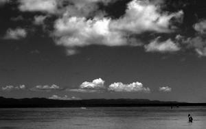 ニシ浜の浅瀬を歩く人影