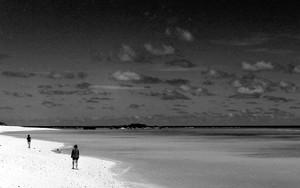 ニシ浜に立つ二人
