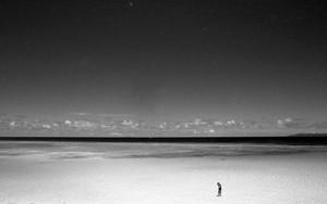 浅瀬に立つ人影