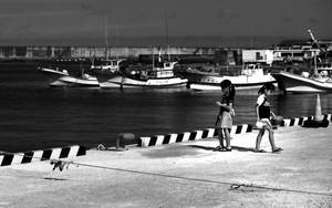 港で遊ぶ二人の少女