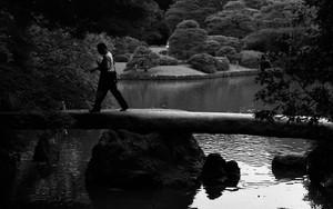 渡月橋の上の男