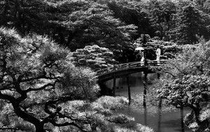 偃月橋の上の傘