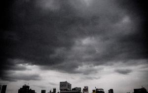 真っ黒な雲の下のビル