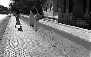 寺院へ戻る僧侶