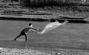 ナムカーン川で投網する男の子
