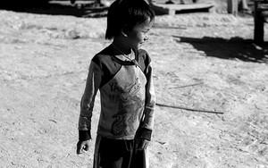 横を向いたアカ族の男の子