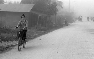 市場へ向かう自転車の女