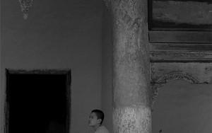 寺院の玄関先に腰掛けていた若い僧侶