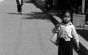 Little Girl Wearing A Sinh
