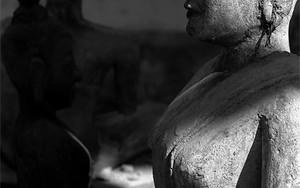座禅する仏像