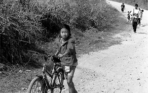 自転車を押して歩いていた女の子