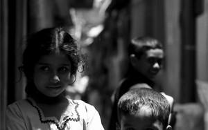 路地にいた腕組みする女の子と笑顔の男の子