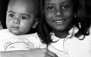 笑顔の赤ん坊と少女