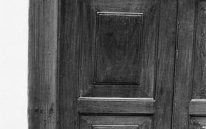 扉の前にいた黒猫
