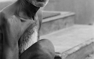 白い胸毛の眼鏡を掛けた男