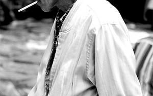 煙草をくわえた白髪の男