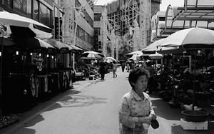 魚市場に買い物に来た女性