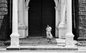 扉の前にいた制服の少女