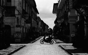 バイクは旧市街を走る