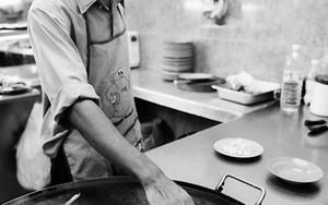 鉄板でチャパティを焼く男