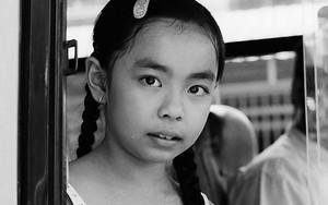 バスの中の三つ編みの少女
