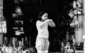 荒物屋の前の少女