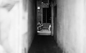 路地の奥にリラックスした人影