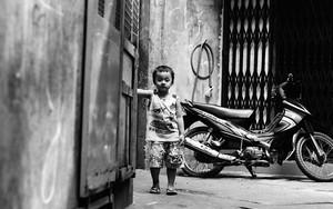 少年は路地に立つ