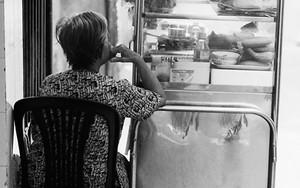 ガラス箱の横の女性