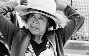 帽子をふたつ被った女性