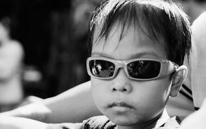 バイクに乗ったサングラスの男の子
