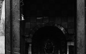 祭壇の前にダッカ・トピがふたつ
