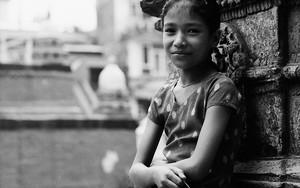 少女の柔らかな微笑み