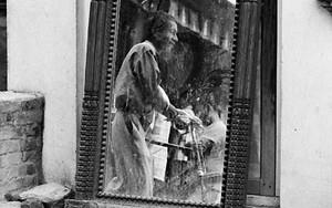 鏡の中の歩く男