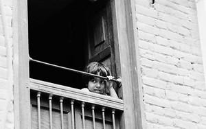 窓から外を眺める女の子