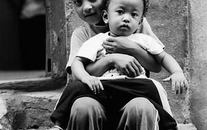 幼い弟をしっかり抱える男の子