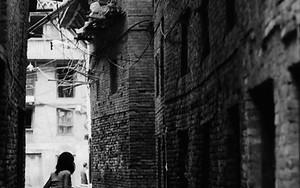 薄暗い路地に女の子の人影